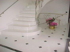 Преимущества лестниц из мрамора